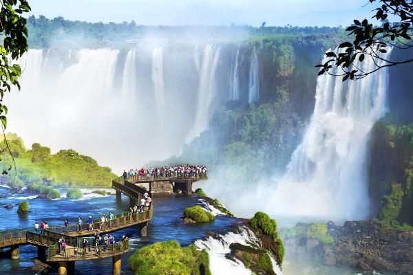 No Bacia do Rio Paraná, no rio Iguaçu, estão localizadas as quedas de água das Cataratas do Iguaçu.