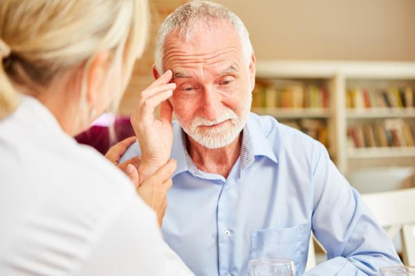 Muitas vezes, os sintomas do Alzheimer são confundidos como os da velhice.