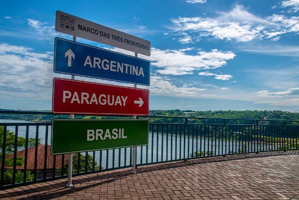 A tríplice fronteira entre Argentina, Brasil e Paraguai, na foz do Rio Iguaçu, representa a integração política e econômica entre os países.