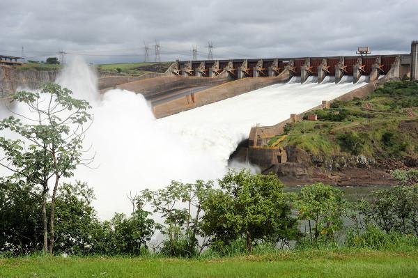 A Usina Hidrelétrica de Itaipu está situada no Rio Paraná, na bacia hidrográfica de mesmo nome.