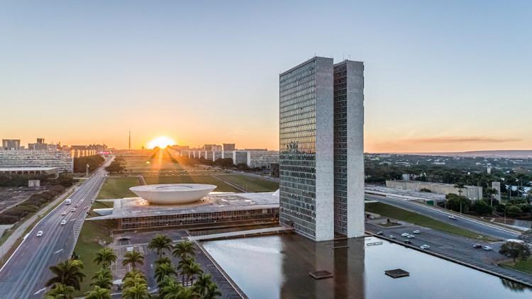 A capital federal do Brasil é Brasília. Ela é uma cidade planejada e localizada no Distrito Federal, na região Centro-Oeste. [1]