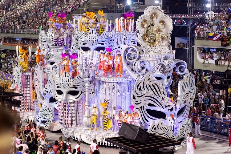 Carnaval no sambódromo do Rio de Janeiro, uma das principais celebrações populares do Brasil.[1]