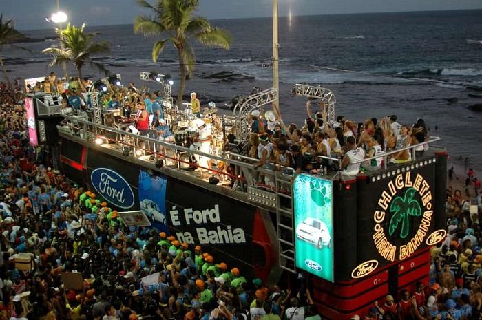 Trio elétrico no carnaval de Salvador, na Bahia.[2]