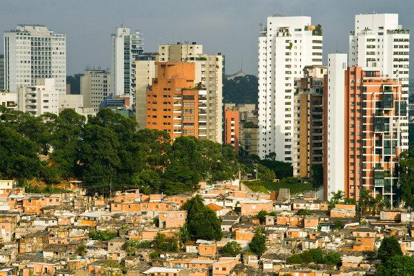 A cidade de São Paulo, apesar da infraestrutura avançada, apresenta vários problemas urbanos, como as habitações irregulares.