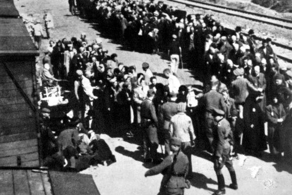 Fila de judeus à espera de embarcar no trem que os levaria para algum campo de concentração.[1]