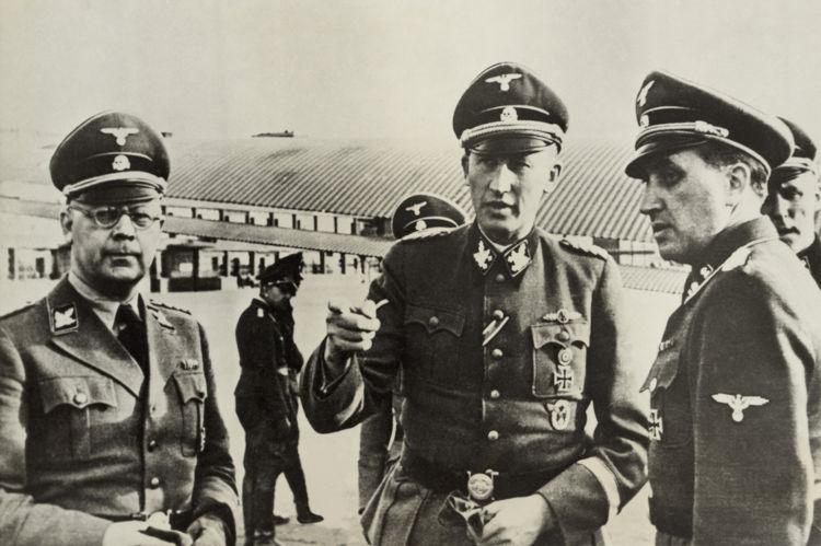 Heinrich Himmler (esquerda) e Reinhard Heydrich (centro) foram os idealizadores da Solução Final, o plano de extermínio dos judeus.[1]