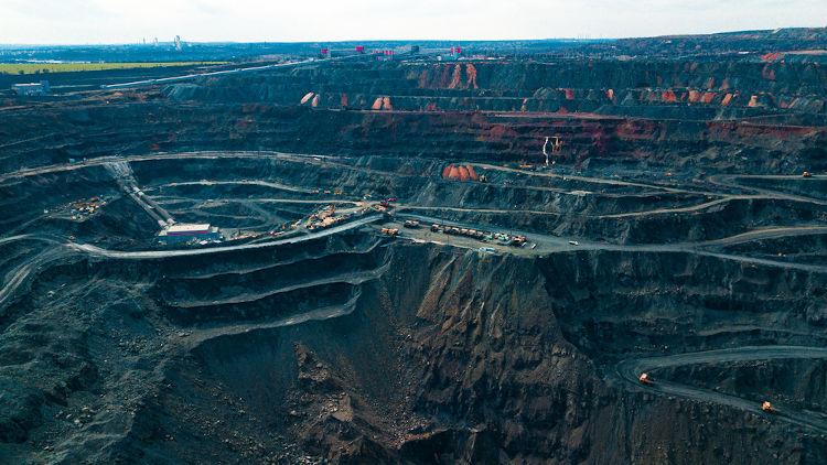 Vista panorâmica de uma mineradora de ferro.