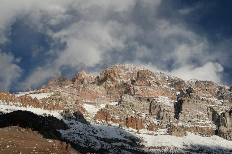 A porção oeste do território argentino é caracterizada por um relevo de ampla altitude e muito acidentado.