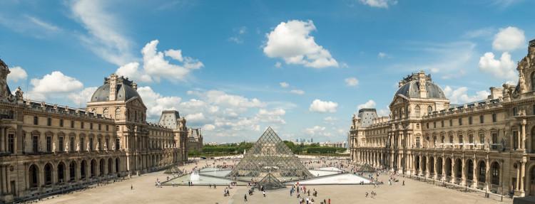 O museu do Louvre é um dos mais famosos e visitados do mundo. [1]