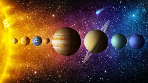 Saturno é caracterizado pelos seus grandes anéis. Ele é o sexto planeta a partir do Sol, localizado logo depois do gigante Júpiter.