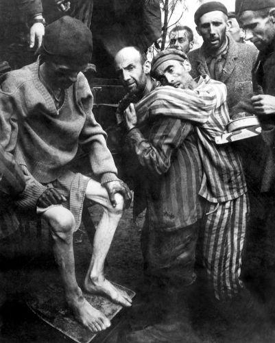 Milhares de prisioneiros em péssimas condições foram soltos à medida que os campos de concentração eram liberados pelos Aliados.[1]