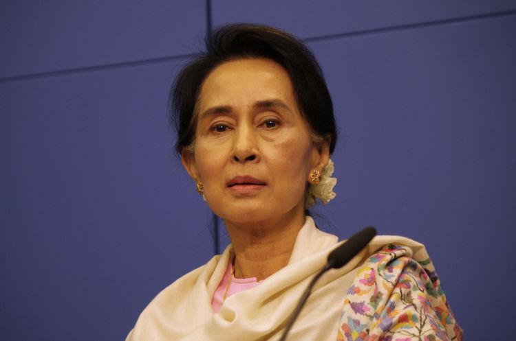 Aung San Suu Kyi é líder da NDL e é uma das lideranças do governo que foi derrubado pelos militares.[1]