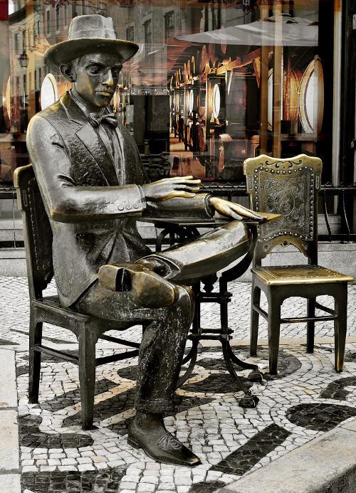 Estátua de Fernando Pessoa na porta de um famoso café de Lisboa, Portugal. [1]