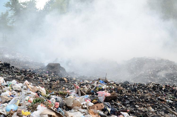 Poluição ambiental causada pelo excesso de lixo nas cidades.