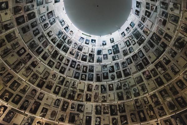O Salão dos Nomes no Memorial do Holocausto, em Jerusalém, lembrando alguns dos seis milhões de judeus assassinados na Segunda Guerra Mundial.[2]
