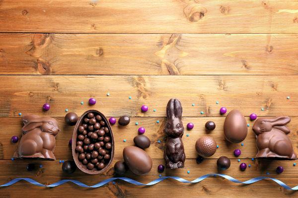 Os ovos de Páscoa e o coelho da Páscoa são dois símbolos tradicionais da celebração secular da Páscoa.