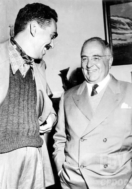 """Samuel Wainer, o profeta, e Getúlio Vargas: o jornalista fez a entrevista com o ex-ditador, em 1950, e anunciou sua volta como """"líder das massas"""". [1]"""