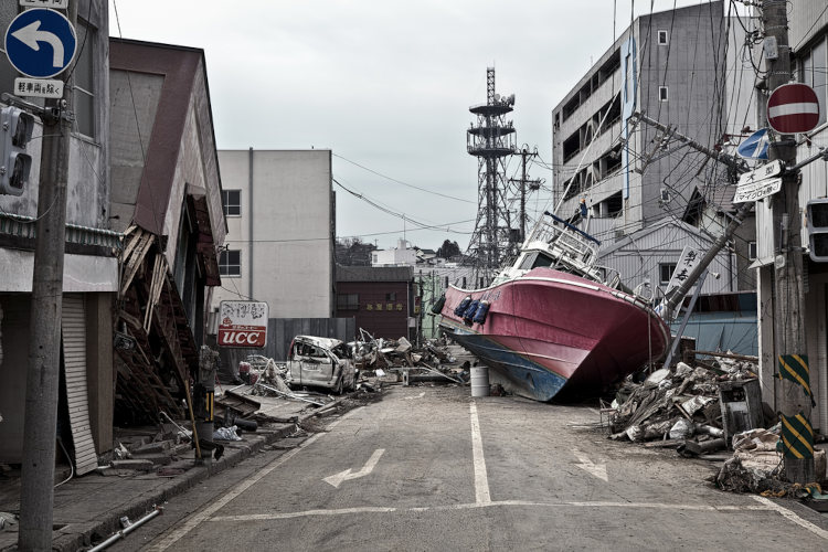 Barco arrastado para o meio da rua com a força do tsunami. Fukushima, Japão.
