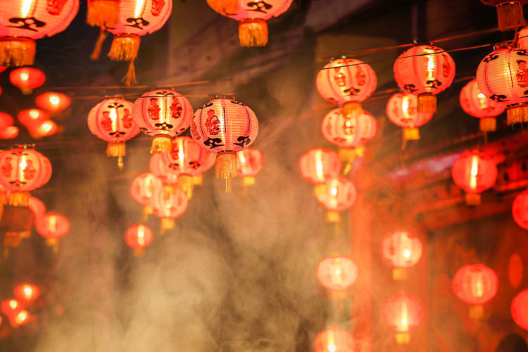 Dias antes da passagem do ano, as ruas já começam a ser decoradas com as tradicionais lanternas vermelhas.