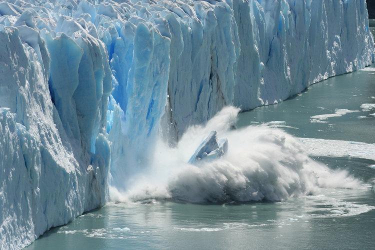 Uma das consequências do aquecimento global é o derretimento de geleiras.