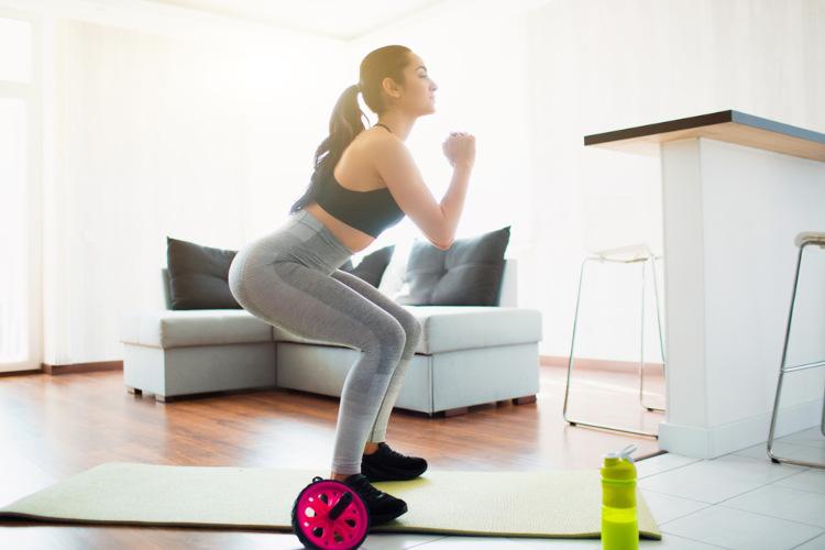 A prática de atividades físicas apresenta uma série de vantagens, como aumentar a sensação de bem-estar, diminuir o estresse, reduzir dores e prevenir doenças crônicas.