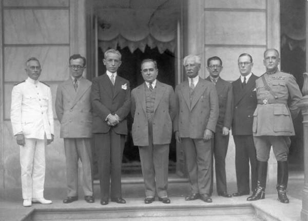 Getúlio Vargas, ao centro, com seus aliados, logo após a vitória da Revolução de 1930, que o conduziu ao poder. [1]