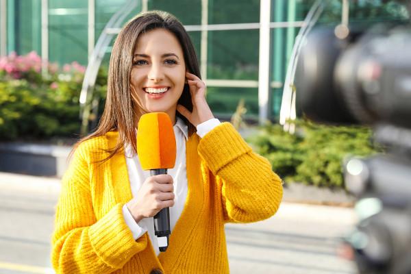 O repórter é o profissional responsável por levar a notícia ao público.