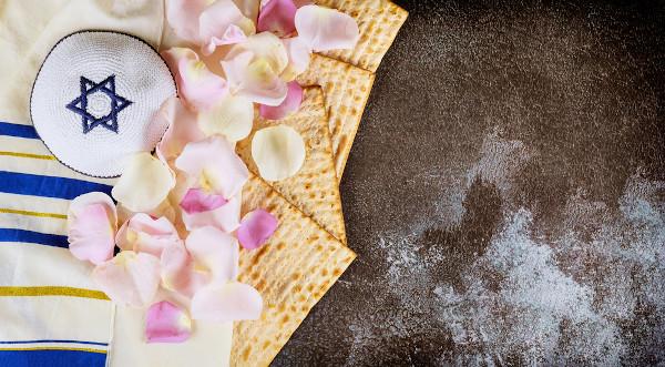 Os judeus celebram sua Páscoa recordando o dia em que foram libertados do Egito, após anos de escravidão, sendo liderados por Moisés.