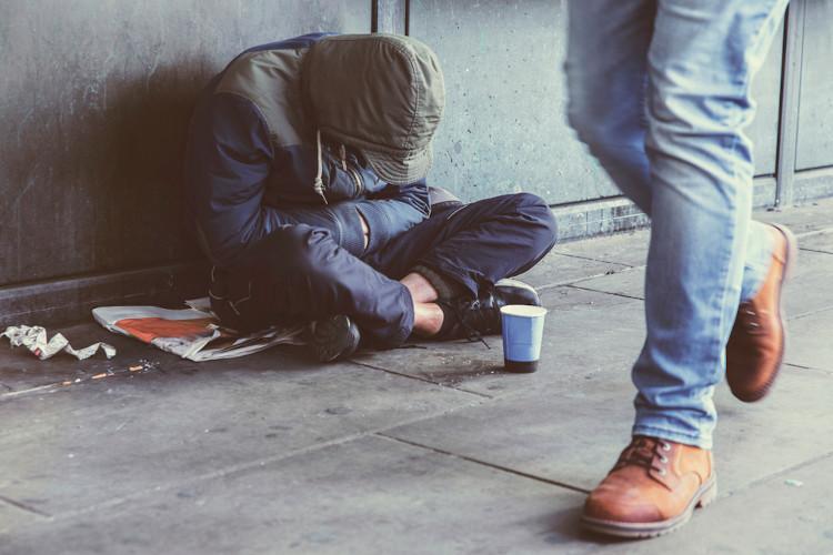 Pessoa em situação de rua, um típico problema urbano social.