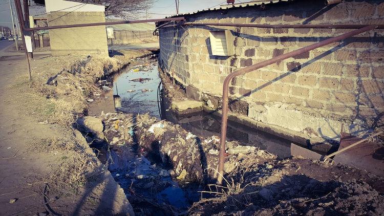 Ocupação em área irregular e poluição de rio: dois graves problemas urbanos.