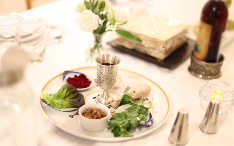 Durante a comemoração da Páscoa, os judeus fazem refeições que recordam a passagem dos antepassados da escravidão para a liberdade.