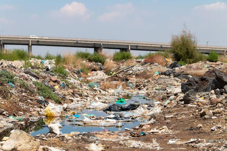 Rio poluído com lixo plástico.