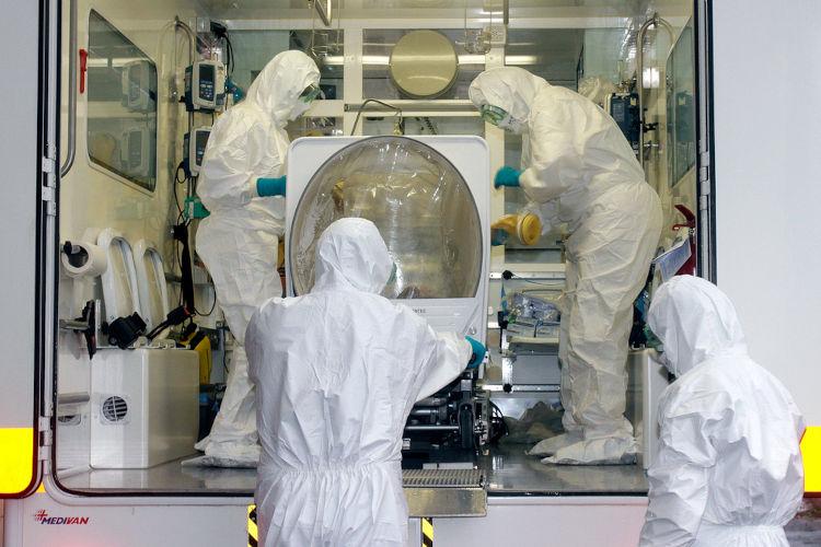 Na imagem é possível observar o treinamento em um hospital em Milão para o recebimento de pacientes com ebola.[1]