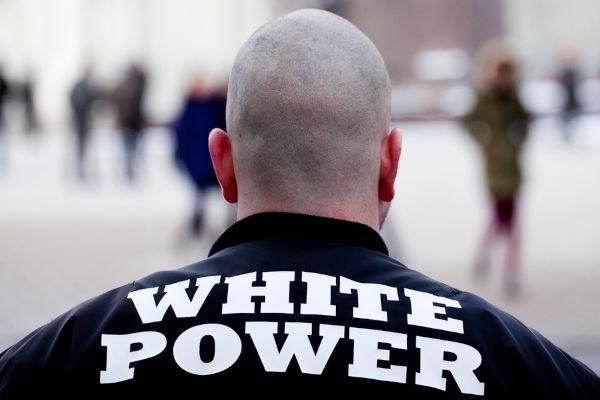 """O termo """"white power"""" significa """"poder branco"""" e é um dos lemas de grupos supremacistas.[1]"""