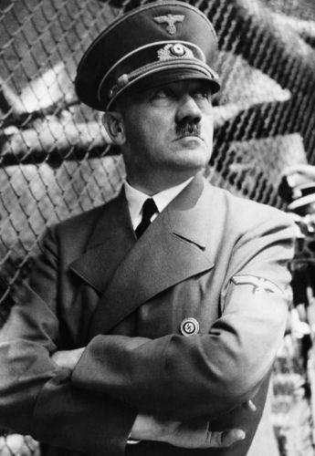 Adolf Hitler nasceu em uma família de classe média. Seu pai era funcionário público.[1]