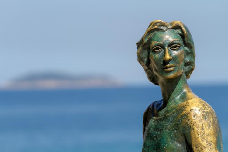No Rio de Janeiro, estátua de Clarice Lispector, uma das escritoras mais famosas do Brasil. |1|