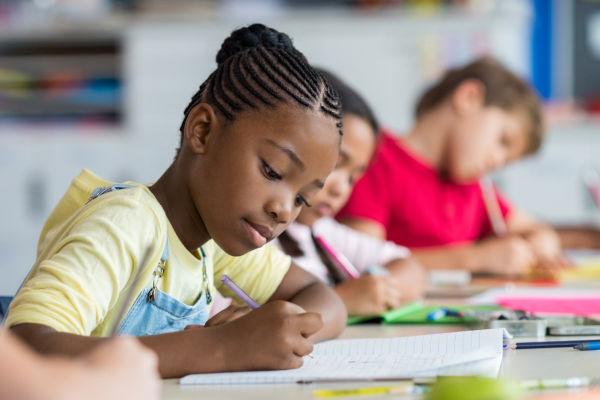 A educação permite conhecer o mundo, pensar criticamente, ter melhores oportunidades, além de garantir mais igualdade social.