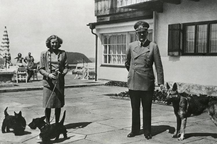 Um dia antes de cometer suicídio, Hitler casou-se com sua companheira, Eva Braun.[1]