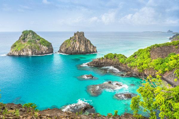 A ilha de Fernando de Noronha, localizada no oceano Atlântico, é um dos principais destinos de ecoturismo no Brasil.