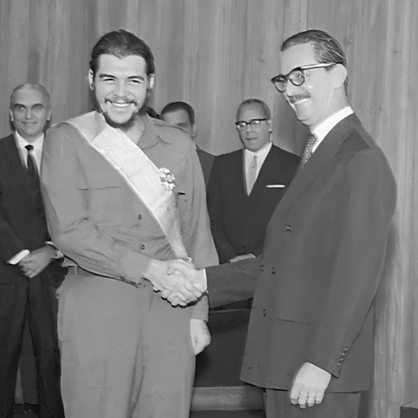 O presidente Jânio Quadros condecorou Ernesto Che Guevara com a Ordem do Cruzeiro do Sul, a mais alta honraria do governo brasileiro.