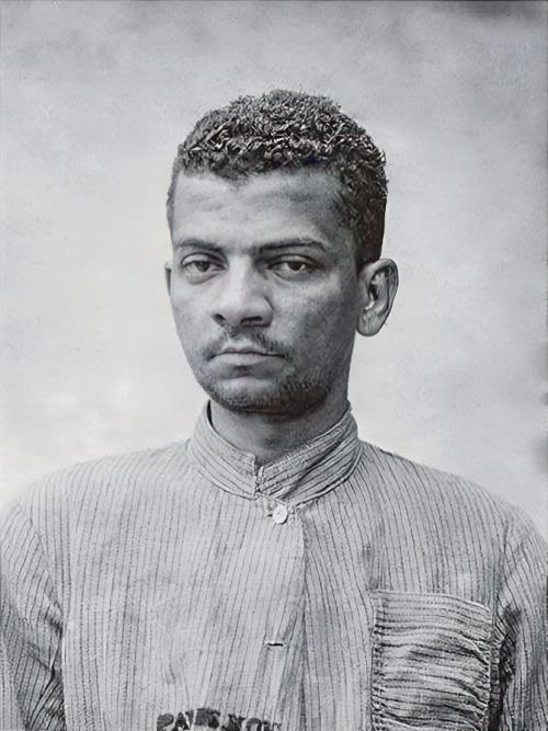 Retrato de Lima Barreto, em sua ficha de internação no Hospício Nacional de Alienados, no ano de 1914.