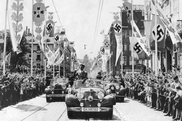 Em 1933, Hitler assumiu o cargo de primeiro-ministro da Alemanha, permanecendo no poder até sua morte, em 1945.[1]