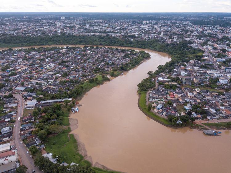 O rio Acre corta a cidade com suas águas turvas e barrentas.