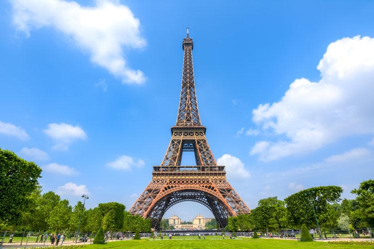 A Torre Eiffel, localizada em Paris, capital da França, é um dos monumentos mais visitados de todo o mundo.
