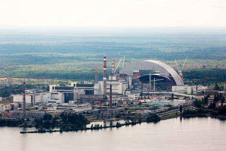 Usina nuclear onde ocorreu o acidente de Chernobyl. No fundo da imagem, está o sarcófago construído sobre o reator 4.