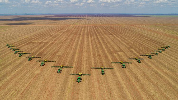 Colheitadeiras de soja em Chapadão do Sul, Mato Grosso do Sul. [1]