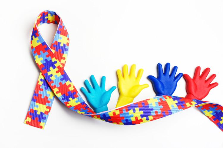 A fita feita de peças de quebra-cabeça coloridas é uma referência à complexidade do TEA.