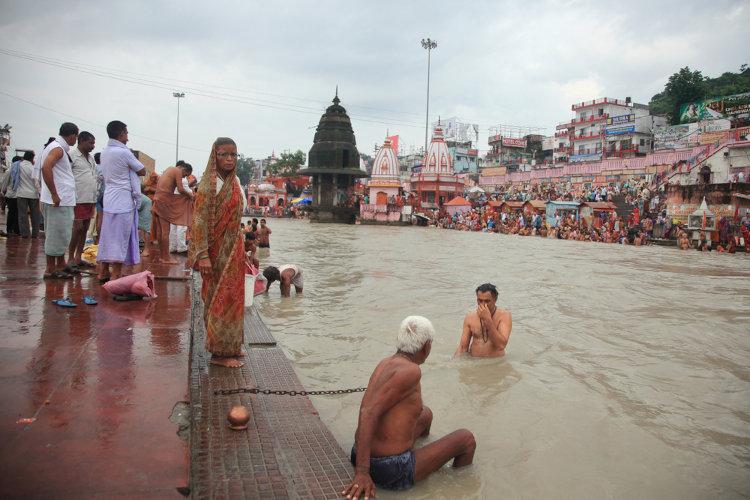 Os praticantes do hinduísmo realizam banhos e rituais no leito do Ganges como meio de purificação e atração de boas energias. [1]