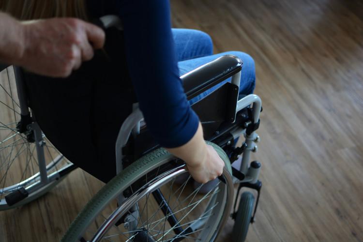 A esclerose múltipla provoca alterações no equilíbrio, fraqueza muscular, problema na coordenação motora e dificuldade para andar.
