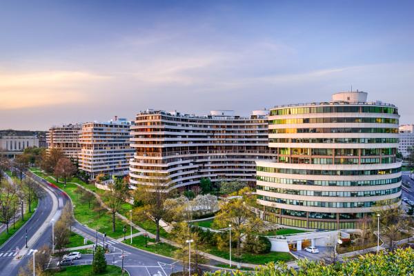 Complexo Watergate, em Washington, onde ficava o escritório do Partido Democrata, nele aconteceu o escândalo que derrubou o governo Nixon.[1]
